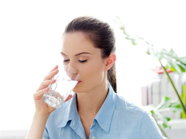 Su tüketimi  İftarı açarken su içebilirsiniz ama unutmayın ki bir bardaktan fazla su içerseniz proteinleri sindiren mide asidi sulanır ve et türlerini, süt ürünlerinin sindirimi azalır ve güçleşir, mideden barsağa gıda geçişi yavaşlar, şişkinlik hissi oluşur. Başlangıçta 1 bardak su yeterlidir. Sıvı açığınızı sebze, et, tavuk suyu, yoğurt veya mercimek çorbasıyla gidermeniz daha sağlıklıdır. Mideniz genişleyip gerileceğinden doyma hissi daha kısa sürede gelişecektir. Yemekten 1 saat sonra tekrar 1-2 bardak ve yatmadan hemen önce 2 bardak daha su içilebilir. İçilmesi gereken su miktarı kişiye bağlıdır. Esas olan idrar renginin uçuk sarı olacak miktarda su tüketilmesidir.