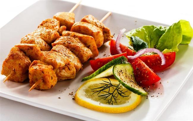 Ana yemek olarak ne yememeli?  Ana yemek olarak et, balık, tavuk, yumurta, baklagiller ve yanında avuç içi kadar pide veya 2 dilim çavdar ekmeği veya 2-3 kaşık kepekli makarna veya bulgur yenilebilir. Et gibi protein ürünleri yanında patates ve börek yerine büyükçe bir porsiyon koyu yeşil yapraklı salata, soyulmamış salatalık ve domates tüketilmesi asid besin yükünü, alkali besinle dengelemenizi sağlayacak, böbreklerinizin yorulmasını engelleyecektir. Protein ve yağ içeren besinler yerine, ağırlıklı olarak pirinç, patates, börek, pide, pizza, kek, kurabiye benzeri gıdaların tüketilmesi hem kilo almanıza hem de daha çabuk acıkmanıza neden olabilir. Protein ve yağ çok daha uzun sürede sindirildiğinden daha uzun süre tok kalmanıza yardımcı olur.