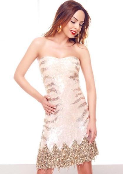 Ebru Gündeş  Bu elbise 'ebrugundessatiyor.com' adresi tarafından 'Kelebek Çocuklar Kermesi' için bağışlanmıştır...