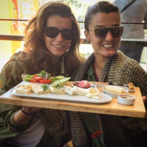 Tuğba Özay  İşteeee günün fotoğrafıııı 😱😂 Sevgili Gizmom ile aylar sonra kahvaltı keyfi .. Aman Allahım Gizeeemmm onca açlıktan sonra cennete mi düştüükkk 😂😂