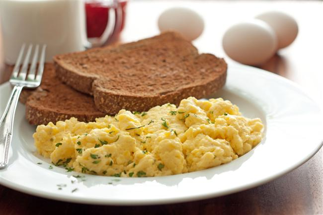 * Diyet yapanlarla yapılan araştırmalar, sabah karbon-hidrat yerine yumurta yemeyi tercih edenlerin, daha az acıktığını göstermiştir. * Öğünlerinizde alacağınız 5 temel besini unutmayın: Dondurulmuş çilek / kiraz, muz, yağsız süt, bir çay kaşığı bal ve bir çay kaşığı karnıyarık otu tohumu.
