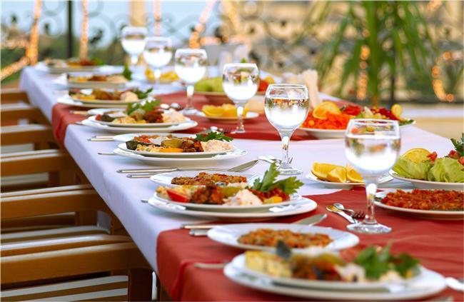 """Birbirinden lezzetli yemekler yiyeceğimiz, pideye doyacağımız Ramazan ayı için restoranlar birbirinden lezzetli iftar menüleri hazırlamaya başladı.   Mahmure.com olarak, sevdiklerinizle birlikte iftar sofralarının tadını doya doya çıkarmanız için İstanbul'un en iyi iftar mekanlarını seçtik. Herkesin bütçesine uyması için farklı fiyat aralıkları sunan mekanları tercih ettik. Aslında hiçbir iftarın sevgiyle hazırlanmış bir aile sofrası gibi olmadığını da hemen söyleyelim. Aile sofrasında bir çorba, tadı damakta kalan bir sebze yemeği, leziz bir hoşaf ve pideyle oruç açmanın yerini hiçbir şey tutamaz. Çünkü Ramazan'da kalbimiz en çok sevgi, huzur ve birliktelik istiyor. Yine de büyük grupları iftar sofrasında buluşturmak için restoranlar en iyi alternatif oluyor.   """"İftar nerede yapılır?"""" sorusunu soranlar için İstanbul'un en iyi iftar mekanları rehberi..."""