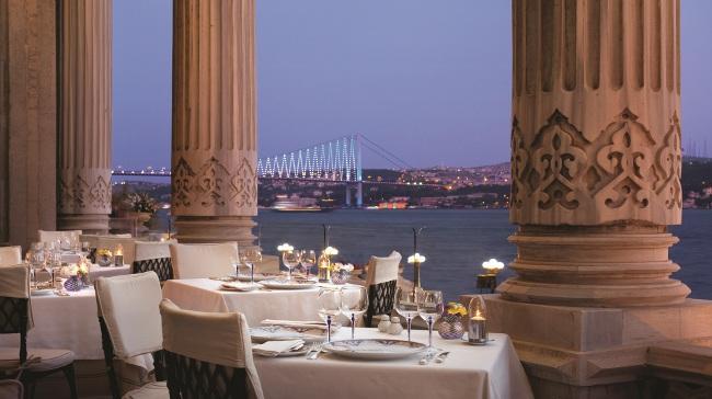 Çırağan Palace Kempinski  Çırağan Palace Kempinski, Laledan ve Tuğra adlı restoranlarında Ramazan için iki farklı iftar menüsü sunuyor. Eşsiz Boğaz manzarası ve Çırağan Sarayı'na karşı yemyeşil bahçeler içinde konumlanmış Laledan Restaurant'ın Ramazan ayı için hazırladığı iftar menüsünde Türk ve dünya mutfağından birçok lezzetli seçenek bulunuyor. Misafirler açık büfeden istediğini tadabiliyor.  Kişi başı fiyatı: 200 TL.   Tuğra Restaurant'da Ramazan ayına özel iftar menüsü seçenekleriyle eşşiz lezzetler sunuyor. Ramazan boyunca açık büfede yer alacak tatlı çeşitleri de menüye dahil.  Kişi başı fiyatı: 285 TL.  Çırağan Palace Kempinski  Adres: Çırağan Cad. No: 32 Beşiktaş/İstanbul Telefon: (0212) 326 46 46
