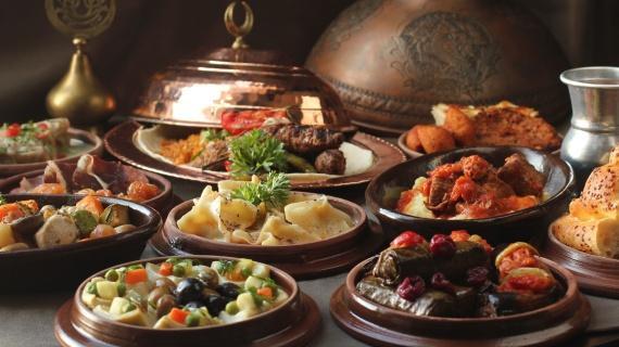 Hilton İstanbul Bomonti İstanbul'un en beğenilen lezzet duraklarından biri olan The Globe Restoran, Ramazan boyunca İstanbullulara tarihi lezzetleri modern dokunuşlarla sunacak. Menüsünde,  zengin iftariyelik seçenekleri, çorbalar, zeytinyağlılar, humus, imam bayıldı, vişneli yaprak sarma, Çerkez tavuğu, demirhindi şerbeti ve akide şerbeti gibi geleneksel Osmanlı mutfağından seçenekleri yer alacak. Günü irmik helvası, cevizli baklava, kazandibi ve damla sakızlı fırın sütlaç gibi geleneksel tatlılarla ve meyve damaklarda unutulmaz tatlar bırakacak lezzetlerle kapatacak.  Kişi başı fiyatı: 98 TL   Hilton İstanbul Bomonti   Adres: Silahşör Cad. No: 42 Şişli/İstanbul Telefon: (0212) 375 30 00