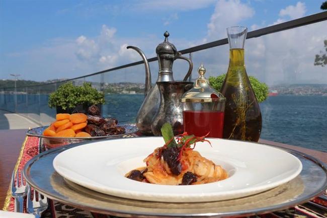 The Grand Tarabya Boğazın eşsiz manzarasının size eşlik edeceği The Grand Tarabya Hotel'in iftar menüsünde çorba ve iftariyeliklerin yanı sıra zeytinyağlı büfeleri, turşu ve peynir stantları ve iştah açıcı şarküteri çeşitleri iftarınıza başlamak için sizleri bekliyor. İftar klasiği şerbetler, lokum ve helva çeşitleri, Türk tatlıları, lokma ve dondurma istasyonları ile iftarınızı tamamlayabilir ya da meyve çeşitleriyle hafif bir kapanış yapabilirsiniz. Ayrıca iftarı canlı müzik ve fasıl eşliğinde yapmak çok eğlenceli olacak.  Kişi başı fiyatı:  150 TL.  The Grand Tarabya   Adres:  Haydar Aliyev Cad. Sarıyer/İstanbul Telefon: (0212) 363 33 00