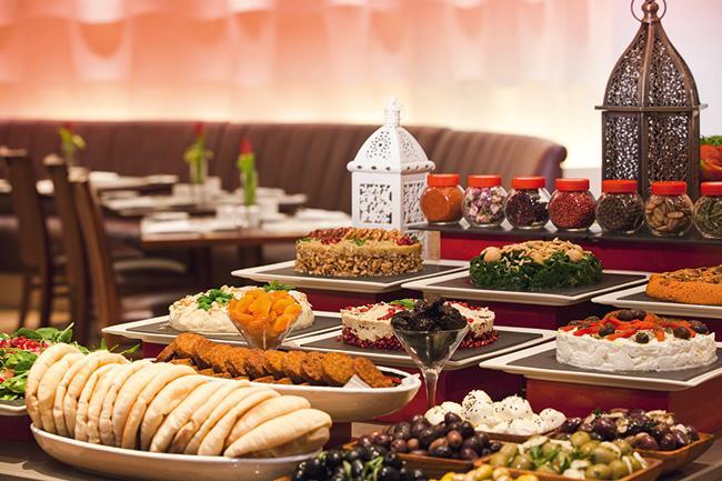 Mövenpick Hotel İstanbul   Mövenpick Hotel İstanbul , Ramazan ayı boyunca Azzur Restaurant'ta misafirlerine canlı fasıl müziğinin eşliğinde iftar büfesi sunacak.Başaşçı Giovanni Terracciano ve ekibi tarafından hazırlanan çeşit çeşit iftariyelikler, Ramazan pideleri, zeytinyağlılar, tavuk dolması, kuzu güveç, beğendili tas kebabı, kuzu şaşlık kebabı, tereyağlı mantı ve güllaç, kaymaklı ekmek kadayıfı, sakızlı fırın sütlaç gibi Türk ve Osmanlı yemek kültürünü yansıtan seçkin örnekler, geleneksel Ramazan sofralarının keyfini yaşatacak.  Kişi başı fiyatı:  125 TL  Mövenpick Hotel İstanbul  Adres: Büyükdere Caddesi, Levent No:4, 34330 Akarsu Cad/İstanbul Telefon: (0212) 319 2929