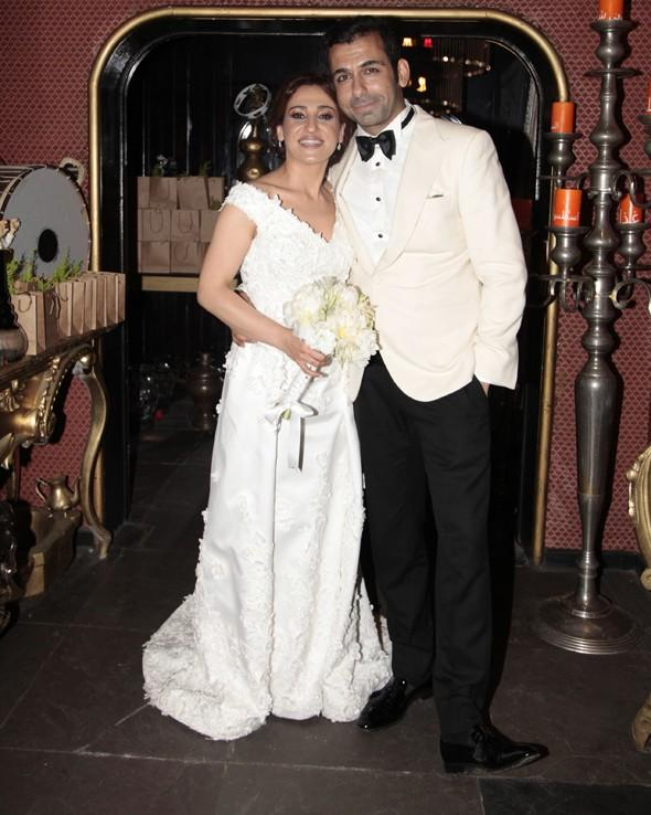 Derya Karadaş, Özgür Masur tasarımlı bir gelinlik giyerken, Haki Biçici'nin damatlığını da Raşit Bağzıbağlı hazırladı.