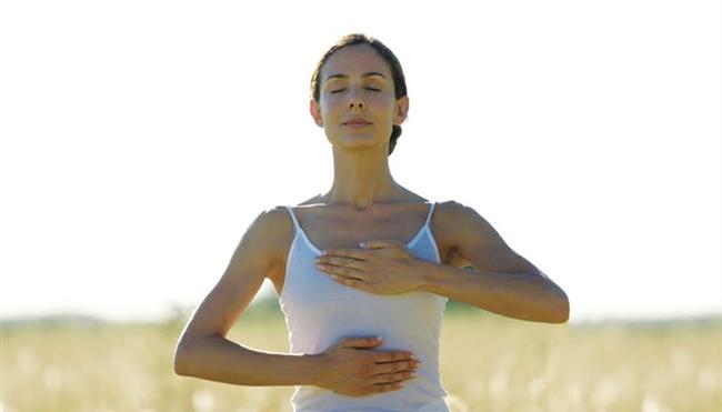 Peki bu nefes tekniği nasıl uygulanıyor?  Nefes tekniğini şu adımları takip ederek uygulayabilirsiniz:  * Ağızınızı tamamen kapatın. * Dil ucunuz Firepoint noktasında; yani en ön üst iki dişinizin arkasında, damağa da değecek şekilde durmalı. * Göğüse alınan bir nefes tekniği olduğundan dikkat karın boşluğunda değil göğüste olmalı.