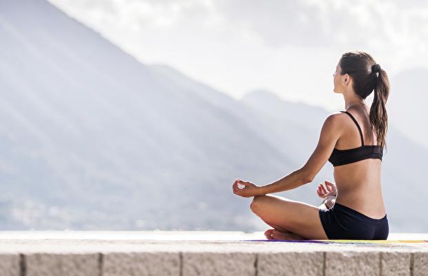 * Burun deliklerinden kuvvetle göğüse nefes alıp akciğerlerinizin komple nefes ile dolduğuna ikna olduğunuz zaman, nefesi gene burun deliklerinizden tıslama sesi çıkarılarak kuvvetle verin. Hem nefes alırken, hem de nefes verirken güç kullanın. * En son nefes verdiğinizde karın ve göğüsteki tüm nefesi boşaltılarak, göbek deliğinizi içeri çekerek karın ve anüsü kitleyin ve çenenizi aşağı düşürerek 1 dk. boyunca kitleyin ( Maha Bandhas).