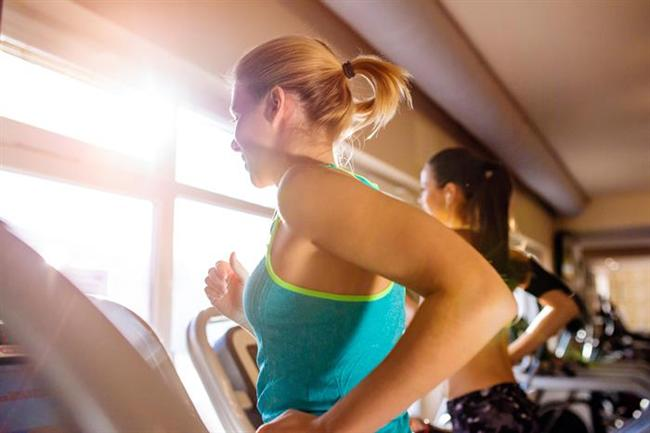 """Spor yapmak insanı hem dinç kılar hem de doğal olarak formda kalmayı sağlar. """"Bir taşla iki kuş vurmak oldukça güzel olurdu ama spor yapacak vaktim yok"""" diyenlerden misiniz? Yanıtınız """"evet"""" ise size ne kadar yanlış düşündüğünüzü kanıtlayacak bir haberimiz var: 10 dakikada 100 kalori yakabilirsiniz!  İşte kısa zamanda 100 kalori yakabileceğiniz 9 farklı spor aktivitesi!"""