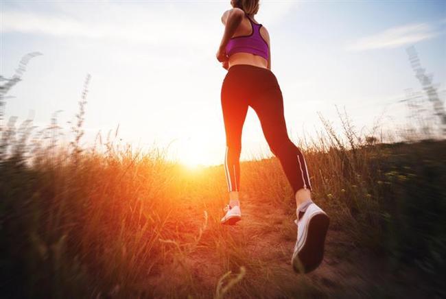 Kardiyo hareketini eğimli arazide yapın  Dümdüz ve upuzun bir yolda koşu yapmak size sıkıcı geliyorsa koşu yaptığınız yolun biraz daha eğimli olmasına dikkat edin. Böylece daha kısa zamanda daha fazla kalori yakabilirsiniz. Eğimli bir arazide 15 saniye kadar tırmanış yapın. Daha sonra 45 saniye dinlenin. Bu hareketi 10 kez tekrarlayın. Bu hareketi spor salonunda kullandığınız bisikletle ya da parkta sürdüğünüz bisikletle de yapabilirsiniz.    Tabata egzersizi olarak bilinen spor türü de 20 saniye tırmanış ve 10 saniye dinlenmeyi içeriyor. Sekiz tekrar sonucunda hareket sadece dört dakika sürüyor. Bu hareket sayesinde dakikada 13,5 kalori yakabilirsiniz.