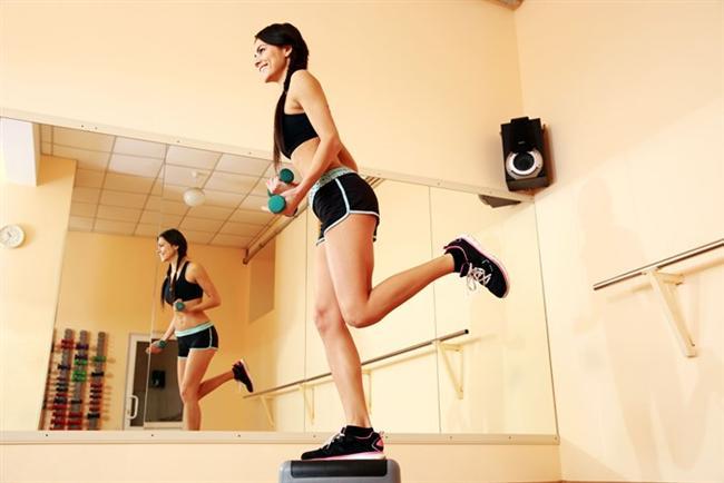 Step yapın  Bir zamanların favori egzersizi olan step'in etkisinden hala yararlanmanız mümkün. Gidebiliyorsanız bir spor salonunda, yaklaşık 25 cm'lik step tahtasını kullanarak 10 dakikada yaklaşık 107 kalori yakabilirsiniz. Eğer bir spor salonuna gidemiyorsanız, sağlam ve yüksek herhangi bir merdiven ya da sebze-meyve kasası da kullanarak aynı sonuca ulaşabilirsiniz.