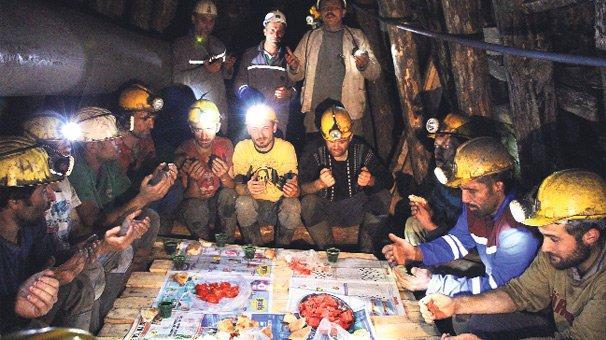 Televizyon kanallarının sadece ramazanda hatırladığı yerin metrelerce altında oruç açan madenciler