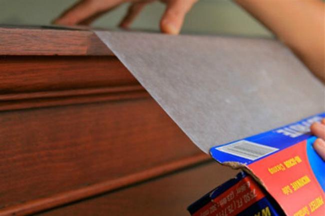 Mutfak raflarını, özellikle de mutfak dolaplarının en üstlerini yağ ve tozdan uzak tutmak için pişirme kağıdı koyun