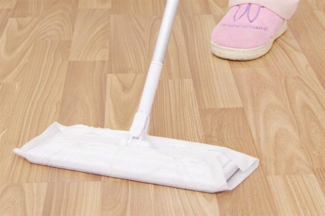 Yerleri silerken hiç toz kalmaması ve paspasınızın hemen kirlenmemesi için paspasa pişirme kağıdı dolayın
