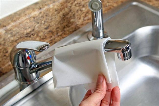 Krom musluklarınızı ilk günkü parlaklığına kavuşturmak için pişirme kağıdı ile ovarak temizleyin   Yalnız dikkat, musluğun çizilmemesi için fazla bastırmadan temizlemelisiniz.