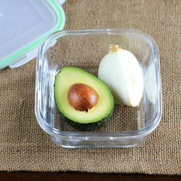 Avokadonuzu daha uzun süre taze tutmak için yanına soğan koyabilirsiniz.