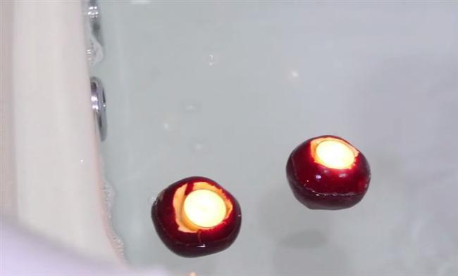 Kaşıkla üst kısmını açıp bozulmuş elmalarınızdan suda yüzen mum yapabilirsiniz.