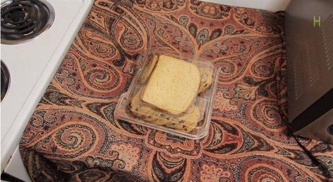 Kurabiyelerinizi bir ekmek parçasıyla aynı kapta muhafaza ederek kurumasını engelleyebilirsiniz.