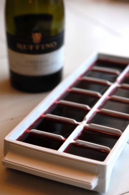 Kalan şaraplarınızı bir dahaki sefer buz olarak kullanmak için buzluğa koyabilirsiniz.