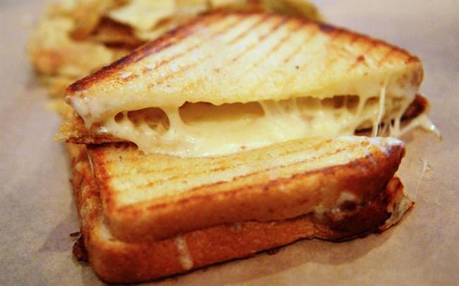 Peynirli tost açlık hissettirmez  Peyniri tost ya da sandviç olarak birlikte tüketmek sahurdan iftara kadar açlık hissini önleyerek tok kalmaya yardımcı olacaktır. Ancak tost yanında tüketilen zeytinin tuzlu olması nedeniyle en aza indirilmesi doğru olacaktır. Aksi takdirde hem fazla tuz alımını hem de susuzluk hissi yaratmaya neden olabilir. Zeytinlerin bir süre su da bekletilmesi tuzunun giderilmesi için faydalı olabilir.