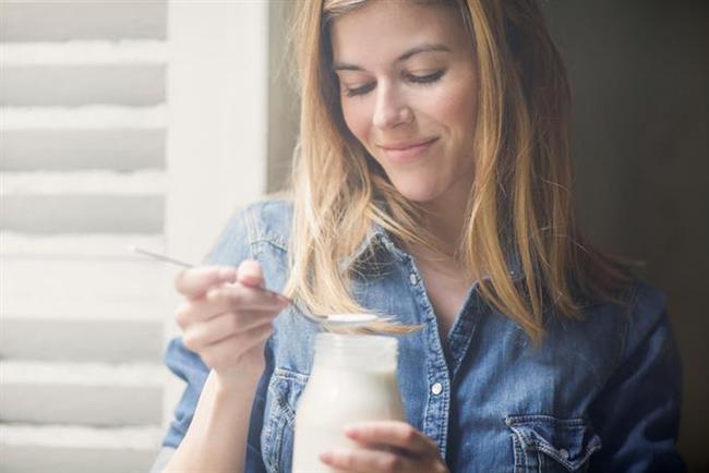 - Sosyalleşirken kremalı ve şurup içeren kalori bombası kahvelerden uzak durun. Kahvenizde yağsız süt yada soya seçeneklerini tercih edin.  - Tatlandırıcı içeren gazlı içeceklerden uzak durun. Her ne kadar kalori açısından kar etmenize yardımcı olsalarda, şeker isteğinizi tetikleyici etki gösterebilmektedir.  - Etiket okumaya başlayın. Kendi kendinizi kontrol ederken ve doğru besini ararken, mutlaka etiketleri okuyun. Besinlerin kalori, yağ, karbonhidrat, şeker ve tuz değerlerini, son kullanma tarihlerini inceleyin.  - Günde 3 fincan yeşil çay için. Beyaz çay, mate çayı ve rooibos çayının da kilo vermede etkisi olduğu kanıtlanmıştır. Bitki çaylarınıza tarçın, karanfil veya limon ile aromalandırıp keyifle tüketmeniz mümkün.  - Doymuş yağ tüketimini azaltmak için hayvansal besinlerin yağsız olanlarını seçin süt, yoğurt, peynir ve etlerin yağsız kısımlarını tercih edin.  Uzman Diyetisyen Gamze Şanlı Ak