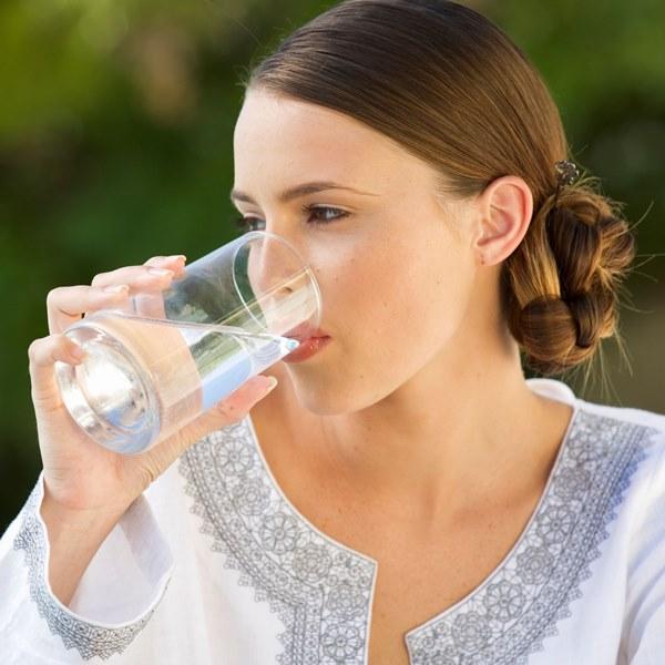 Suyunuzu aromalandırın, metabolizmanızı canlandırın.  Sevdiğiniz meyve, sebze ve otları ekleyerek leziz aynı zamanda detoks etkisi gösterecek sular hazırlayabilirsiniz. Kilo kaybını desteklemek için günde 2-2.5 litre su içmeye özen göstermelisiniz. Geceden bir sürahi su içine (1.5-2 litre) 1 adet dilimlenmiş salatalık, 1 adet dilimlenmiş yeşil elma, 1 adet kabuklarıyla birlikte limon veya portakal dilimi,  2 çubuk tarçın, 1 çay kaşığı karanfil, 4-5 yaprak taze nane ekleyerek buzdolabında bekletip gün içinde aromalı suyunuzu içebilirsiniz.
