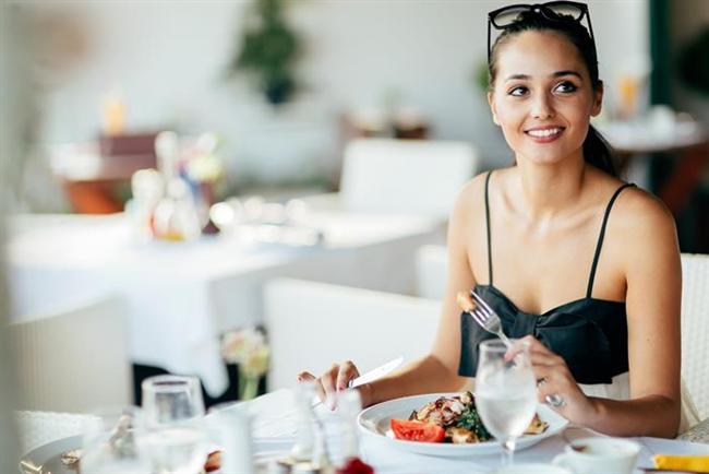 Çene kaslarınızı çalıştırın.  Beynimize doyduğumuz komutunun 20 dakikada gittiğini biliyor musunuz? Bunun için yediklerimizi iyi çiğnemek ve yemek yediğimiz süreyi uzatmak çok önemli. En doğru yemek yeme şekli ise masada oturarak, küçük lokmalar halinde, yavaş çiğneyerek, lezzetine vararak yemektir.