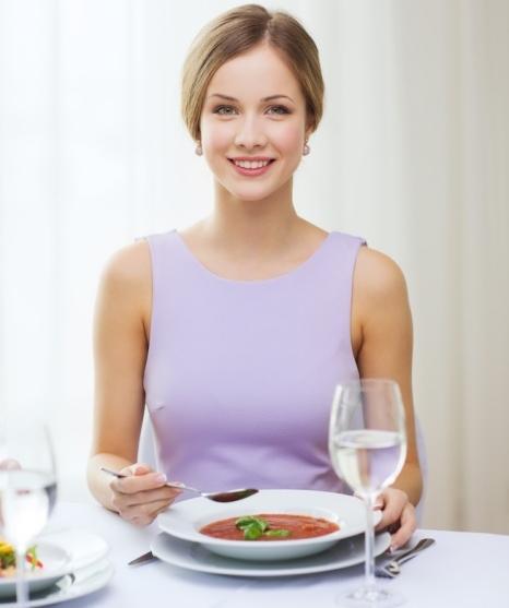 Uzun süren açlık sonrası mideye aşırı yüklenmemek ve kan şekerinin ani yükselişini önlemek için, ana yemeği iftarda oruç açtıktan 1-2 saat sonra bırakmaya çalışın. Uzun süren açlık ve susuzluk sindirim sistemini olumsuz etkileyeceğinden, orucu bol su ve 2-3 adet hurma ile açmak sindirim sitemini harekete geçirecektir, sonrasında 1 kase çorba yanında bol salata ve 1-2 dilim tahıllı ekmek veya ¼ pide başlangıç için yeterli.