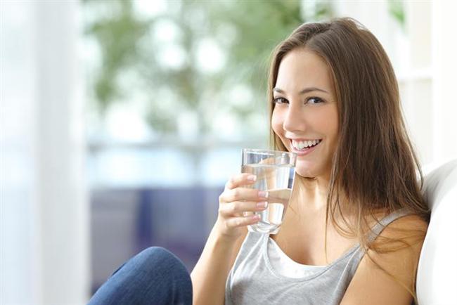 """""""Çay ve kahve suyun yerini tutar"""" diye düşünmek  Su içmek için susamayı beklemeyin. Öğün aralarında tüketeceğiniz suyun 2-2,5 litreyi bulmasını asla ihmal etmeyin. Aksi halde ciltte kuruma, kabızlık gibi sindirim problemleri, kas krampları, yorgunluk ve sıcaklık hissi gibi sorunlar gelişebiliyor. Bunların yanı sıra yeterli sıvı almanız dengeli bir kan basıncı için de son derece önemli. Çay ve kahve gibi kafeinli içeceklerin suyun yerini tutacağı hatasına da düşmeyin. Çünkü çay ve kahveyi fazla tüketmek çarpıntıya neden olurken, ayrıca kafeinin idrar söktürme özelliği nedeniyle idrarla sıvı kaybı artıyor. Tüm bunların yanında çay ve kahveyle alabileceğiniz krema ve şeker de kilo kontrolünü zorlaştırıyor."""