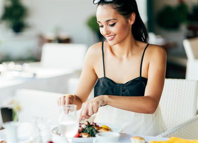 İftarı tek öğün şeklinde yapmak  İftarda boş mideye birden yüklenmemek gerekiyor. Çünkü mideye aniden yüklenmek iftar sonrası hazımsızlığa ve reflüye yol açabiliyor. Orucu su ile açıp, ardından kuru kayısı veya hurma ile devam edebilirsiniz. İftarı 2 öğün şeklinde yapın. İftar yemeğine çorba ile başlayıp 15-20 dakika ara verdikten sonra ana yemeğe geçebilirsiniz. Ana yemek olarak da çok yağlı ağır yemekler yerine ızgara, haşlanmış veya fırınlanmış et, tavuk ya da balık yemekleri veya kurubaklagil ya da zeytinyağlı sebze yemeklerini tüketin. Aksi takdirde yüksek kan şekeri, yüksek tansiyon ile kalp hastalıkları riski artabiliyor.