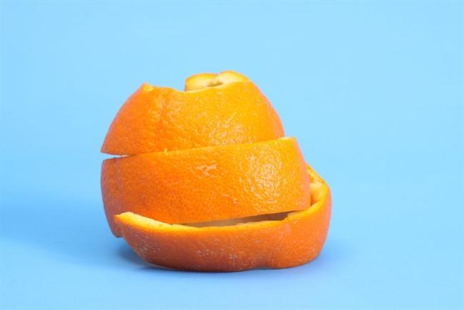 Portakal kabuklarını çöp tenekesine açık bir şekilde koyarsanız kokusunu yayacaktır.