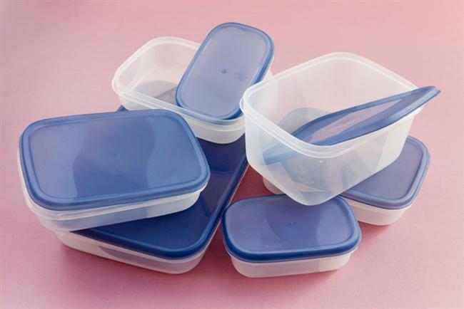 Plastik dondurma, yoğurt kapları  Biten yoğurt kaplarını, dondurma kaplarını, katı yağ kaplarını atmıyor da mutfakta çeşitli yiyecekleri saklamak için kullanıyorsanız çok da mantıklı, çok da ekonomik bir şey yapıyorsunuz.  Ama eğer bu kapları kullandıktan sonra bulaşık makinesinde yıkıyorsanız büyük hata yapıyorsunuz. Zira bulaşık makinesinde plastiklerin erime riski çok büyük. Bir de eriyip diğer tabaklarınıza, çanaklarınıza bulaşırsa çok çok daha kötü. Siz elinizde yıkayın, ne olur ne olmaz.