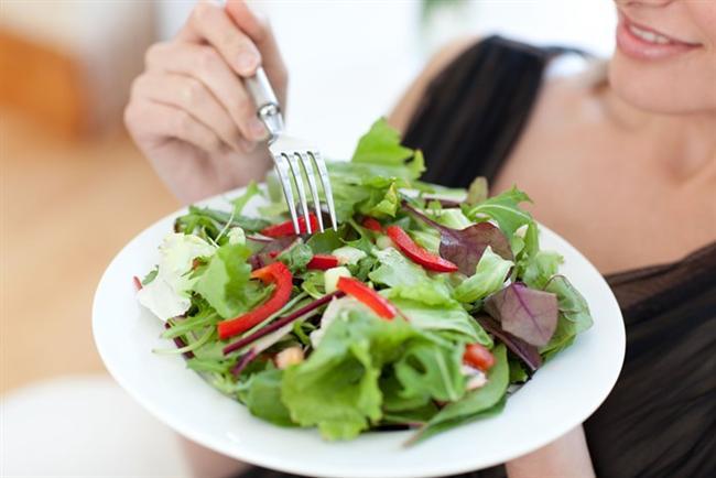 - Sahurda lif açısından çiğ sebze yemek çok önemlidir. Özellikle mevsim sebzesi çok soğuk olmadan tüketmelisiniz. Göbek, maydanoz, tere, roka, domates ve salatalık iyi bir alternatiftir.  - Gün içerisinde çok acıkıyor ve zorlanıyorsanız daha uzun süre tok kalmak için yaklaşık 3 yemek kaşığı kadar yulaf ezmesini sahurda yapacağınız omletin içerisine ekleyebilirsiniz. Böylece kan şekerinizin daha uzun süre sabit kalmasını sağlamış olursunuz ve tokluk sürenizi uzatabilirsiniz.
