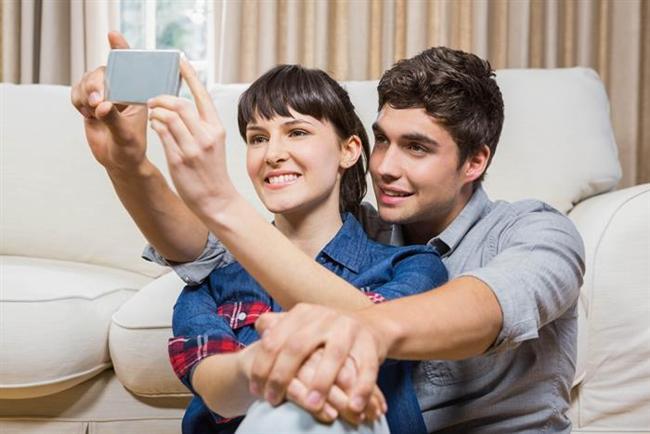 - İlişkinizi arkadaşlarına, ailesine ve hatta Facebook aracılığı ile bütün dünyaya ilan etmesi. Erkek arkadaşınıza Facebook'taki profilini 'single'dan 'in a relationship'e çevirmesi konusunda baskı yapmanız hiç de anormal değil. Biliyorsunuz artık sanal aldatma da gerçeği kadar sık yaşanıyor ve aynı şekilde çok acı veriyor...