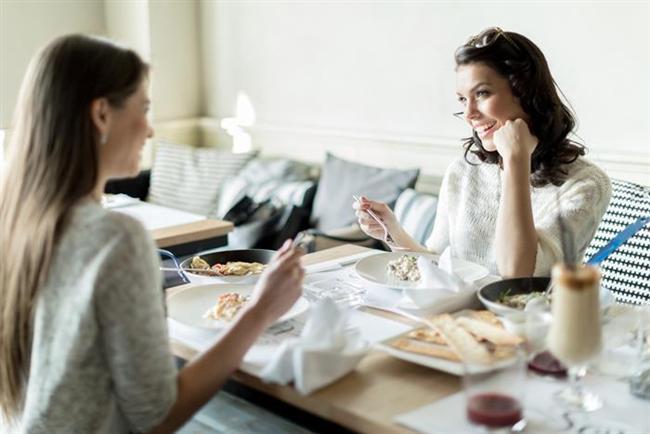 Ziyafet sofralarına oturmayın  Tüm gün oruç tuttuktan sonra kendinizi ödüllendirmek için ziyafet sofralarına oturmayın, günlük rutin yemek alışkanlığınızın dışına çıkmayın. İftarı su ve çorbayla açın. Hurma, yeşil salata ve az şekerli komposto ya da hoşaf sofranızda mutlaka yer alsın. Ana yemeğiniz, çorba ve salatalar sonrasında tek çeşit olsun. Yüksek kalorili, yağlı ve çeşit çeşit ana yemeklerden kaçının. Ayrıca iftarda midenizin sınırlarını zorlayarak tıka basa ve hızlı yemek tüketmeyin. Çünkü bu şekilde yemek yemek tansiyon yüksekliği ve kalp krizine davetiye çıkarabiliyor.