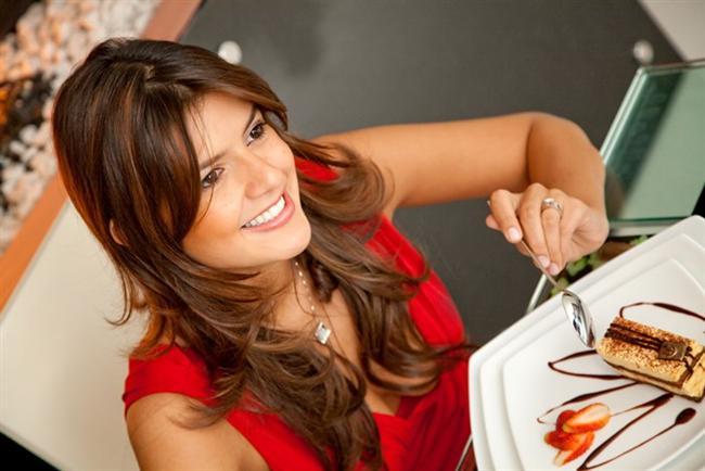 """Sahurda tatlı yemeyin  Ramazan'da, iftar sofralarının vazgeçilmezi olan tatlıların tüketimi belirgin olarak artıyor. Ancak özellikle ağır iftar sofralarında ara verilmeden yenilen tatlılar mide ve kalp hastalıklarına davetiye çıkarıyor. """"Bu nedenle tatlıyı kısıtlamalı ve iftardan 2 saat sonra tüketmelisiniz"""" diyen Kardiyoloji Uzmanı Doç. Dr. Ahmet Karabulut şu önerilerde bulunuyor: """"Sütlü tatlılar tercih edilmeli, şerbetli tatlılar tadımlık olarak tek dilimde bırakılmalı.  Meyve tüketmek vücudun tatlı ihtiyacını karşılayacaktır. Ayrıca tatlıların sahurda tüketiminden kaçınmak gerekiyor. Çünkü tatlılar mide salgısını ve insülin uyarılmasını arttırıyor, bunun sonucunda da gün içerisinde açlığı tetikliyor. Ayrıca sahurda tüketilen karpuz da günün erken saatlerinde açlığı tetikleyebiliyor"""""""