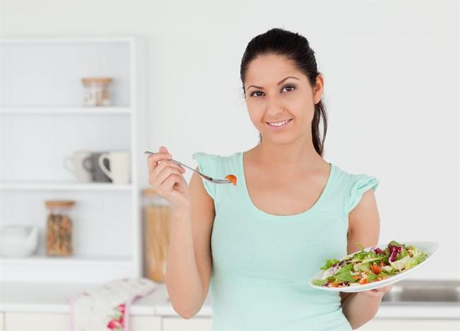 """Diyetinizi bozmayın  Ramazan'da çoğu kimse yaptığı diyeti bir tarafa bırakarak, sağlığını tehlikeye atacak yemek düzenine geçiyor. Kardiyoloji Uzmanı Doç. Dr. Ahmet Karabulut ancak özellikle tuzu kısıtlamaları gereken tansiyon hastalarının iftarda tüketecekleri tuzlu gıdaların iftar sonrasında acil ziyaretini kaçınılmaz kılabileceği uyarısında bulunarak, """"Bu nedenle yüksek tansiyon, kalp ve damar hastalığı nedeniyle diyet yapan kişilerin bu alışkanlıklarını Ramazan'da da sürdürmeleri yaşamsal önem taşıyor. """""""
