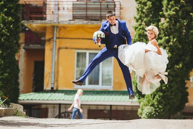 Koç burcu ve evlilik  Hayatınıza inanılmaz bir hareket getirip renk katabilir. Eğer bu burçtan biriyle uzun süreli mutlu bir birliktelik yaşamayı planlıyorsanız, her an herşeye hazır olmalısınız. Rutin bir ilişki beklemek büyük bir hata olur. Pek çok erkek, Koç kadınını elde tutmayı çok zor görür...  Bu burcun kadınları onur ve güç ararlar ama biraz da uysallık beklerler; çünkü üstlerinde hakimiyet kurulmaya çalışmasından hoşlanmazlar. Eğer bu kişilikte bir erkekseniz hiç düşünmeden bir Koç kadınıyla evlenebilirsiniz. Evlilik hayatınız çok renkli olur!