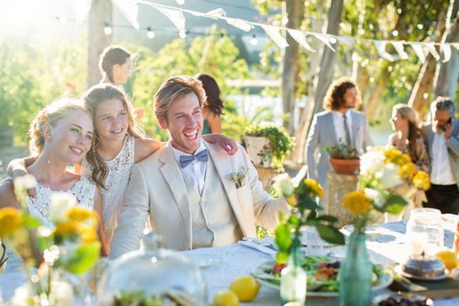 Boğa burcu ve evlilik  Boğa kadını ve erkeği genelde büyük düğünleri tercih ederler. Evlilik kararı Boğa burcu insanı için çok güç verilen bir karardır. Öncellikle ilişkiden tam anlamıyla emin olması gerekir. Bu zor kararı aldıktan sonra her şeyi en ince ayrıntısıyla planlayarak, uygulamaya koyarlar. Gösterişli ve detaylarla süslenmiş bir düğün isterler.   Evliliğin ilk zamanlarından sonra Boğa erkeği, eşini tamamen sahiplenir. Eğer sadık ve güvenilir Boğa erkeği ile evlenirseniz her türlü ihtiyacınızın karşılığına emin olabilirsiniz. Boğa kadını için öncellikle iş hayatı gelir. Kariyer onlar için büyük önem taşır. Daha sonra bir aile isterler. Aslında sevgi dolu, ideal eşlerdir. Çocuk sahibi olduktan sonra ise evcimen, iyi bir anne olurlar.