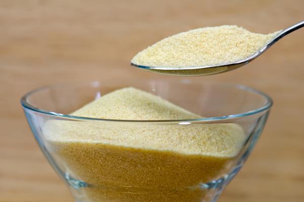 Fıstıklı irmik helvası  Malzemeler:  250 gr. irmik, 100 gr. tereyağı , 1/2 su bardağı çekilmiş toz badem, 2 çorba kaşığı çam fıstığı, 1.5 su bardağı toz şeker , 2 su bardağı su.