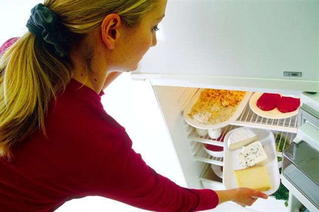 Peyniri buzdolabında yanlış saklıyorsunuz  Peynir sünger gibidir. Çevresindeki kokuları içine çeker ve içinde depolar. Yani peyniri buzdolabında saklarken bir yandan da çevresindeki diğer yiyeceklerin kendi kokularını peynire geçirmesine izin veriyor olabilirsiniz. Sonuç: Hüsran.  Çözümü ise çok basit. Öncelikle peyniri sıkı plastik ambalajından kurtarın ve onu parşömen gibi gözenekli bir malzemeyle paketleyin. Böylelikle hem peynir nefes alacak hem de buzdolabındaki diğer nahoş kokuları içine çekmeyecektir. Zira peynire yeteri oksijen sağlamazsanız hızla kurur, bunu da dipnot düşelim.