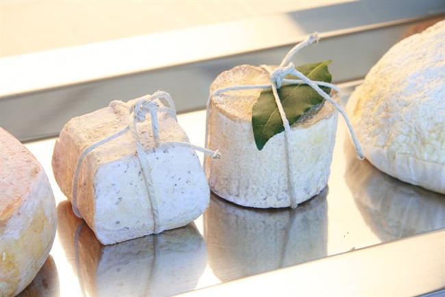 Peynir küflenir küflenmez çöpe atıyorsunuz  Peynirin yeni yeni küflenmeye başladığını fark ettiğinizde onu hemen çöpe atmak en kolay çözüm, halbuki peynirin yaşam süresini uzatabilirsiniz. Eğer küf yeni oluşmaya başladıysa peynirin yüzeyini temiz bir kağıt havluyla hafifçe silin ve zeytinyağı ile ovalayın.  Daha sonra peyniri iki kat kağıt havlu üzerine koyarak plastik/cam bir kabın içinde muhafaza etmeye devam edin. Sert ve yarı sert peynirler bu uygulama sık sık tekrarlanarak ve kağıt havlular sık sık değiştirilerek aylarca saklanabilir. Birkaç uygulama sonrası nem tamamen emilmişse zaten küf azalmaya ve kesilmeye başlayacak.