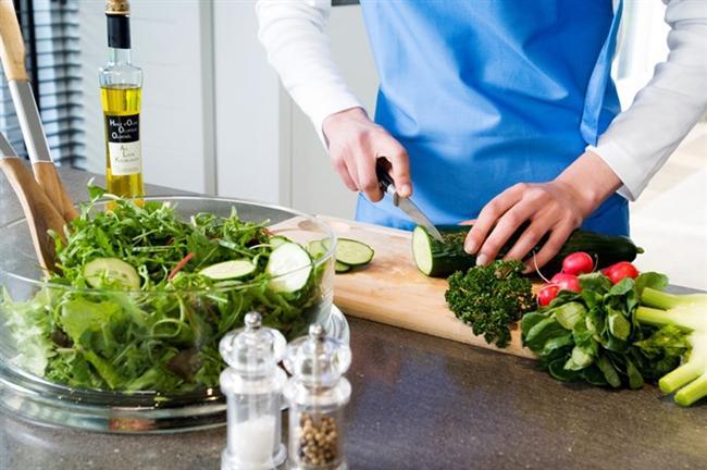 * Salatalarda da soğuk sıkım sızma zeytinyağı, üzüm çekirdeği yağı veya ketentohumu yağı, bol sirke (geleneksel usül doğal fermantasyon) ve limon, ayrıca arzuya göre sarımsak kullanılabilir.