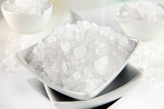 * Tuz alırken, doğal kristal kayatuzu ya da deniz tuzu olmasına dikkat edin. Ancak denizlerde kirlilik arttığı için binlerce yıllık tuz mağaralarından çıkartılan iri taneli doğal kristal kayatuzunu tercih ediyoruz.  * Yemeklerimizde tuz miktarı azaltılmalıdır. Rafine tuz yerine kristal kayatuzu (porselen başlıklı cam veya ahşap değirmende öğütülerek) kullanılmadır.