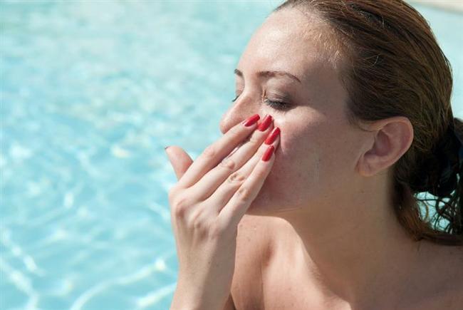 """Dudak ve göz çevresine özel bir ürün kullanmamak  Sanılanın aksine vücudumuzdaki diğer bölgeler gibi dudak ve göz çevresi de ultraviyole ışınlardan etkileniyor. """"Dudakta, derimizdeki gibi koyulaşarak kendini koruma özelliği de olmuyor ve sürülen kremler SPF'li dudak kremi değilse çok çabuk etkisini yitiriyor."""" uyarısında bulunan Dermatoloji Uzmanı Dr. Funda Güneri sözlerine şöyle devam ediyor: """"Dudak bölgesi daha korunmasız olduğu için ürünlerin deriye göre daha sık tekrarlanması gerekiyor. Göz çevresi ise oldukça hassas bir doku olduğu için bu alan özel stick tarzı ürünlerle korunmayı gerektiriyor. Aksi taktirde krem buharlaşarak etkisini yitirebiliyor veya terle birlikte gözde yanma ile yaşarma ya da göz çevresinde ciltte kuruma ve hassasiyet oluşturabiliyor."""