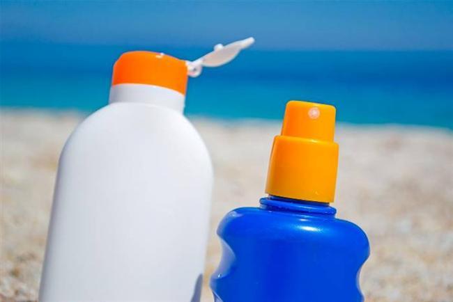 Güneş koruyucuyu rastgele seçmek  Güneş koruma ürünler; fiziksel, kimyasal ve ikisini de içerenler olmak üzere üç tipe ayrılıyor. Fiziksel koruyucular ciltte bariyer oluşturuyorlar. Yoğun güneşte kalmak zorunda kalındığında, alerjik veya hassas ciltlerde, çocuklarda ve hamilelerde tercih ediliyor. Aknesi olan kişilerin su bazlı güneş koruyucu ürünleri kullanmaları gerekiyor, yağlı ürünler gözenekleri tıkayıp, yeni sivilcelerin oluşmasına zemin hazırlayabiliyor. Kuru cildi olanların ise cilde aynı zamanda nem sağlaması için krem formunu tercih etmelerinde fayda var. Lekelenmeleri olanlar da yoğun kapatma özelliği olan ve ten rengindeki SPF 50 fondöten tarzı dermo kozmetik özel ürünleri seçebilirler.   Deniz ve havuzda uzun süre vakit geçirenler, açık havada spor yapanlar ve terlemeye meyilli kişiler suya dayanıklı anlamında waterproof özelliği olan koruyucu kullanmalılar. Çünkü bu ürünler suda kalındığında veya ıslanıldığında koruyucu etkilerini 40-80 dakika sürdürebiliyorlar. SPF 30 içeren bir koruma ürünü ışınların yüzde 97 sini bloke ederken, SPF 50 yüzde 98'ini engelliyor. Bu nedenle 50 faktör üzerindeki güneş koruyucuları seçmek şart değil, çünkü koruma süresini uzatmıyor.