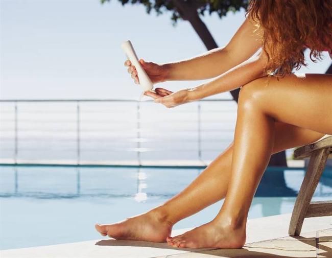 Düzenli aralıklarla sürmemek  Sabah sürülen bir güneş koruyucunun, gün boyu etkisinin devam ettiğini düşünmek yapılan en sık hatalardan biri. Oysa güneş koruyucuları ultraviyole ışınlarının yoğun olduğu dönemlerde 10-16 saatleri arasında 2 saatte bir uygulamak gerekiyor. Ayrıca havuza veya denize girildiğinde bu süreci beklemeyip, uygulamayı yenilemek şart.