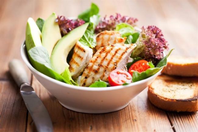 """Kalp sağlığınızı koruyucu bir diyet; genel sağlığın yanı sıra hafızanızın sağlığı nedeniyle de oldukça önemlidir ki çarpıcı bir araştırma hafızanın geliştirilmesi ve korunması için belirli besinleri ve onların içeriğindeki öğeler arasında bağlantıları bulmuştur. Bu """"hafıza"""" gıdaları, meyvelere ve yeşil yapraklı sebzelere rengini veren kimyasal bileşikler olan flavonoidleri içermektedir. Hafıza fonksiyonlarını desteklediği görülen iki önemli flavonoid; antosiyaninler ve quarsetindir. Hafızayı geliştirdiği bulunan diğer besin maddeleri; folat ve omega-3 yağ asitleridir."""