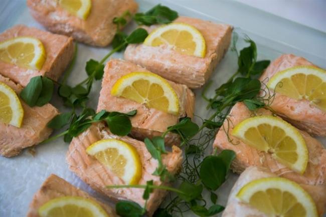 Yağlı Balıklar:  Sağlıklı bir zihin için, sağlıklı yağlar önemlidir. Araştırma besin ve hafıza söz konusu olduğunda, özellikle somon, sardalye, ringa ve uskumru gibi yağlı balıkların sağladıkları bol miktarda omega-3'le gösterinin yıldızı olması gerektiğini göstermektedir hatta, 2006 yılı Kasım ayında Nöroloji Arşivleri'nde yayınlanan bir çalışmada, omega-3 seviyeleri yüksek olan deneklerin, omega-3 seviyeleri düşük olan deneklere göre demans (bunama) tanısı almalarının belirgin şekilde daha düşük ihtimal olduğu görülmektedir.